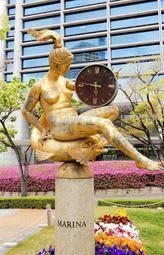 東遊園地に点在する銅像=神戸市中央区