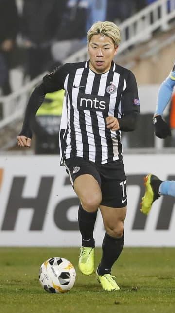 2019年12月、セルビア1部リーグ、パルチザンでプレーするサッカー日本代表の浅野拓磨=ベオグラード(共同)