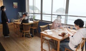 カフェで開かれた「『愛生』ヲ読ム会」。外は朝から雨が降り、文字通りの「雨読」となった=4月17日