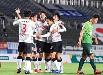 【熊本-岐阜】1-0で勝利し喜ぶ選手たち=岐阜メモリアルセンター長良川競技場