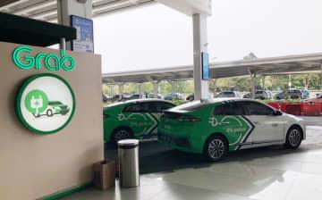ゴジェックと競合するグラブは、韓国の現代自動車と提携してスカルノ・ハッタ国際空港発の配車サービスにEVを導入している(NNA撮影)