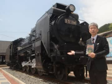 津和野駅前に展示されている蒸気機関車を前に、大塚さんについて語る堀センター長