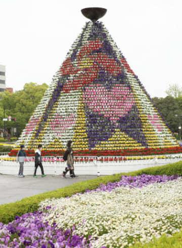 約8千鉢の花で飾られ、開幕への準備が整った祭典のシンボル「花の塔」(撮影・大川万優)