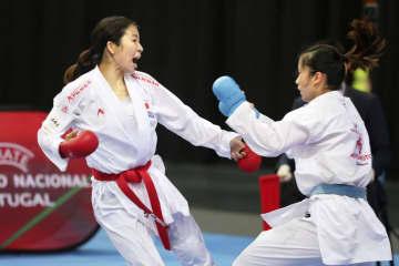 組手女子50キロ級の3位決定戦で中国選手と対戦した宮原美穂(左)=リスボン(全日本空手道連盟提供)