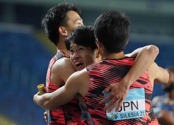 1600メートルリレーを終え、抱き合う日本チームの選手たち=2日、ポーランド・ホジュフ(ロイター=共同)
