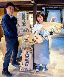 出荷用の豆袋(左)と、豆袋を再利用したエコバッグ(右)=丹波篠山市立町、小田垣商店
