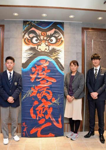 「疫病滅亡」のねぷた絵を寄贈した熊谷さん(左)と佐藤支配人(右端)、柾木教諭