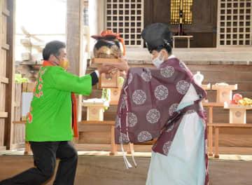 一番茶が入った茶つぼを馬場信禎宮司(右)に奉納する山口満夫会長=嬉野市の豊玉姫神社