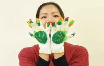 手袋を使った手遊びを紹介する動画教材の一場面(京都市教育委員会提供)