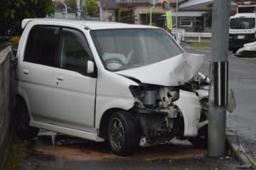 信号機の支柱に衝突した軽乗用車=2日午後4時ごろ、吉野川市山川町前川