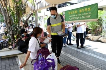 ソーシャルディスタンスの確保など各種防疫規定の遵守を呼びかける香港政府レジャー・文化事務所職員(資料)=2021年5月2日(写真:news.gov.hk)