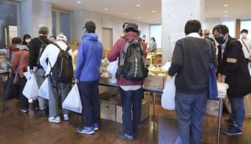 「大人食堂」で、列に並び食料品の提供を受ける人たち=3日午後、東京都千代田区の聖イグナチオ教会