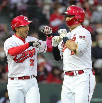 【広島―巨人】三回、広島2死二塁、鈴木(右)が逆転の左越え2ランを放ち、二塁走者菊池と喜び合う