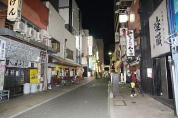 店の明かりが次々と消えて閑散とした繁華街=3日午後8時5分、岡山市北区本町