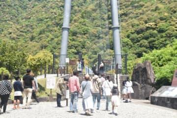 マスク姿の観光客が絶え間なく訪れた綾照葉大吊橋=3日午前、綾町南俣