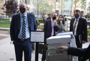 カリフォルニア州の連邦地裁に到着したエピック社のティム・スウィーニーCEO(左)=3日、オークランド(ゲッティ=共同)