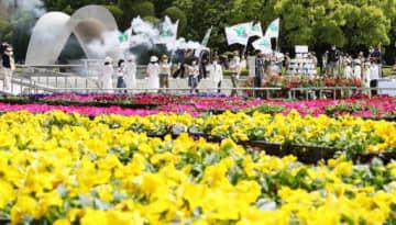 色鮮やかな花で彩られた平和記念公園で、2年ぶりに開幕したFF(撮影・河合佑樹)