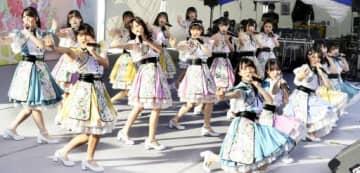 ステージで元気よくダンスと歌を披露したSTU48(撮影・河合佑樹)