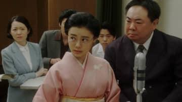 眼鏡をかけた千代もすてき - (C) NHK