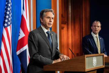 3日、ロンドンで共同記者会見するブリンケン米国務長官(左)とラーブ英外相(ロイター=共同)