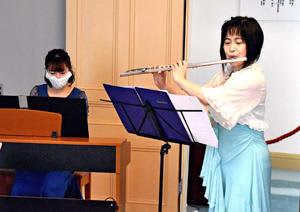 フルートを演奏する若月さん(右)