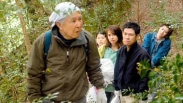 映画「未来へのかたち」から(左から)橋爪功さん、桜田ひよりさん、内山理名さん、伊藤淳史さん、飯島寛騎さん(Ⓒ2021「未来へのかたち」製作委員会)