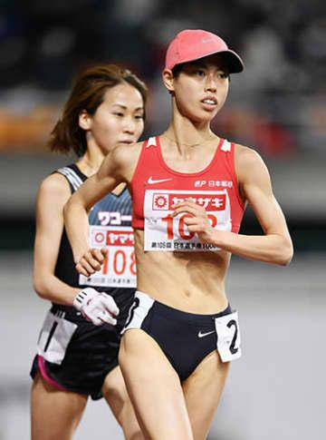 【女子1万メートル】優勝した廣中(日本郵政グループ、右)と2位の安藤(ワコール)。そろって東京五輪の参加標準記録を突破して代表に決まった=静岡スタジアム