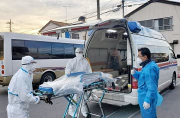 患者搬送時は防護服を着用。感染予防に努めながら業務に当たっている=群馬県大泉町のスター交通(提供)