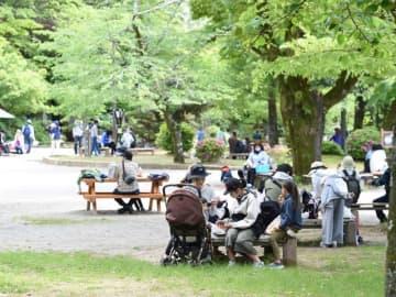 大勢の家族連れらでにぎわう岐阜公園=3日午後1時1分、岐阜市大宮町