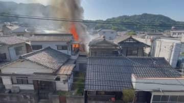 炎を上げて燃える民家(呉市)