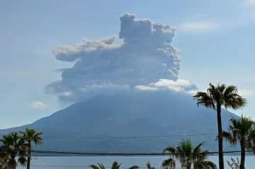 爆発で噴煙を上げる桜島=4日午前9時25分、鹿児島市与次郎1丁目