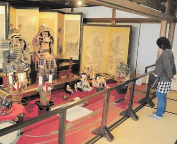 よろいかぶとなど収蔵品が飾られた斎理屋敷の広間