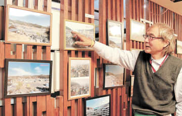 写真展の作品を説明する長谷川さん