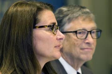 2015年9月、ニューヨークでの記者会見にそろって臨席したビル・ゲイツ氏とメリンダ夫人(ロイター=共同)