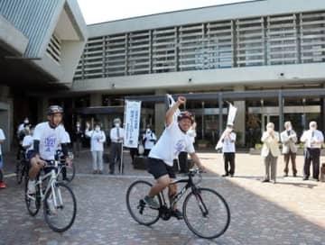 中継地点の熊本市から玉名市を目指す「ピースロード」の参加者ら=熊本市中央区