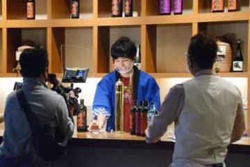 味わいの特長やお勧めの飲み方を紹介する蔵人。様子はユーチューブで生配信された=いちき串木野市の浜田酒造