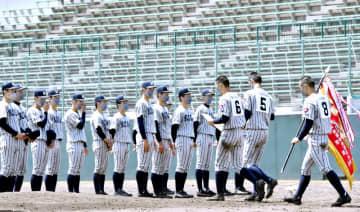 北信越地区高校野球県大会で優勝し、閉会式で整列する敦賀気比ナイン=5月4日、福井市の県営球場