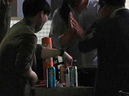 路上でお酒を飲む男性たち。飲食店に対する酒類の提供自粛要請で、街角で酒と歓談を楽しむ人たちがみられるようになった=4月30日夜、神戸市中央区(撮影・鈴木雅之)