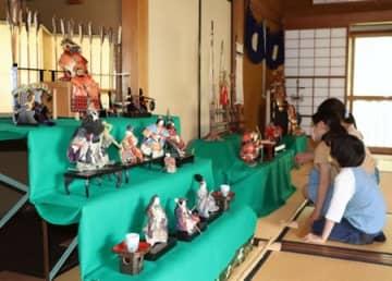砂丘館で展示している佐藤家の五月人形=4日、新潟市中央区