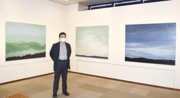 【作品「くものにわ」を紹介する鎌田さん=津市中央の三重画廊で】