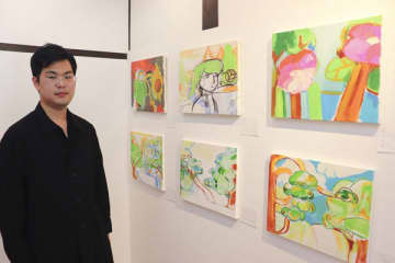 【個展を開いた草深さん=桑名市東方のアートスペース美園で】