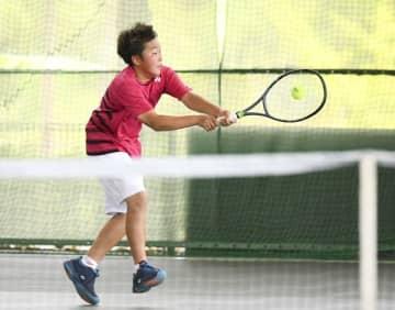 【一般男子シングルス本戦準々決勝 ボールに飛びつく義基耀選手(三重GTC)=スポーツの杜鈴鹿庭球場で】