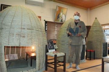 イ草の縄で作ったドームと井上昭光代表=熊本市西区