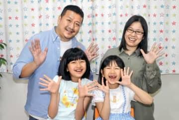 動画で笑顔を届ける(前列左から)まーちゃん、おーちゃん、(後列左から)パパ、ママ