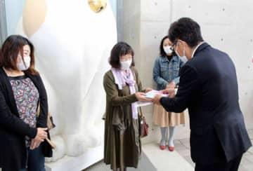 平谷市長(右端)から記念品を受け取る藤島さん(左から2人目)