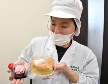 自ら開発したシフォンケーキなどを手に取る門脇彬樹さん=山形市・出羽の恵み かすり家本店