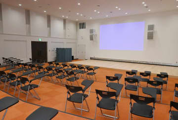 議場を整備し、約300インチのプロジェクターがある小ホール=神埼市千代田交流センター