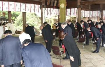 戦没者の冥福を祈る参列者