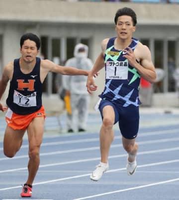 向かい風4.7メートルの決勝で10秒71をマークし優勝した山縣(右)