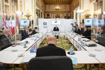 新型コロナの影響で対面での開催は約2年ぶりとなったG7外相会合で透明な板で仕切られた会場で討議に臨む各国外相ら=4日、ロンドン(ゲッティ=共同)